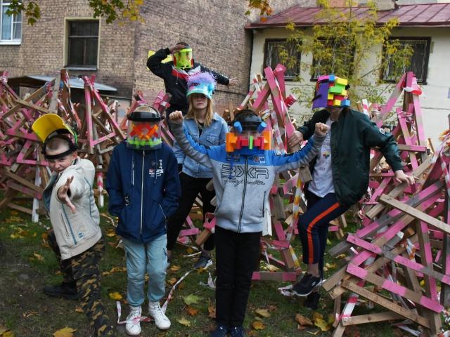 """Участники мастер-класса Леры Лернер и Светланы Полянской позируют в созданных ими масках, совмещающих их """"суперсилу"""" и """"суперслабость"""""""