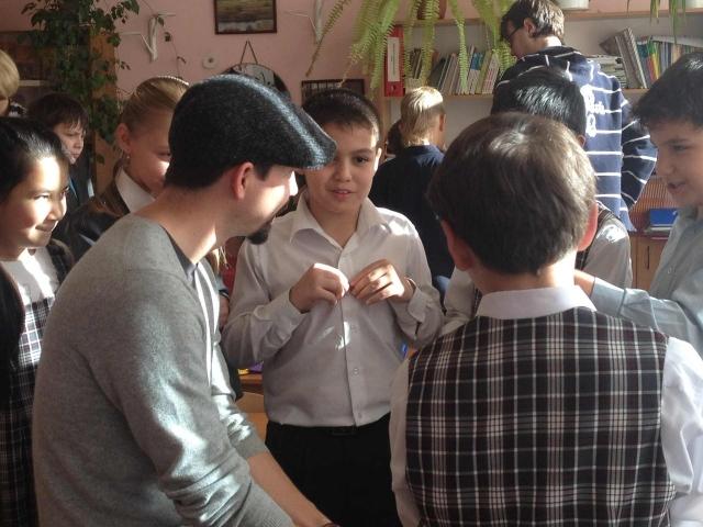 Ученики школы рассказывают художнику Бьорну-Ковальски Хансену, что нужно менять в школе и почему