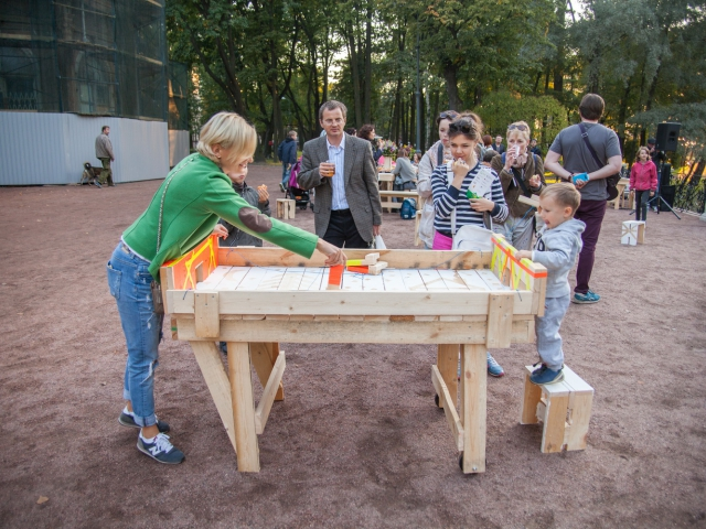 Opening of the project Critical Mass 2015 in the Lopukhinskiy garden, street furniture created by Raumlabor and local residents during the workshop EMMA