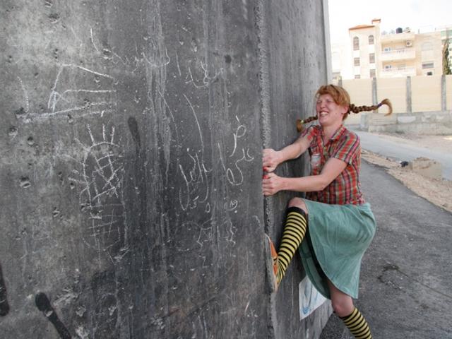 """Рона Йефман, """"Пеппи Длинныйчулок, самая сильная девочка в мире, в Абу-Дисе"""", кадр из видео © Rona Yefman and Tanja Schlander"""