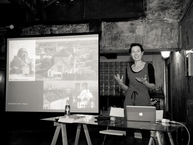 Иоанна Райковска делает презентацию в Лофт Проекте ЭТАЖИ в рамках резиденции в Петербурге
