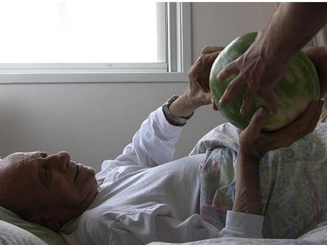 """Дор Гез, """"Арбузы под кроватью"""", кадр из видео, © Dor Guez"""