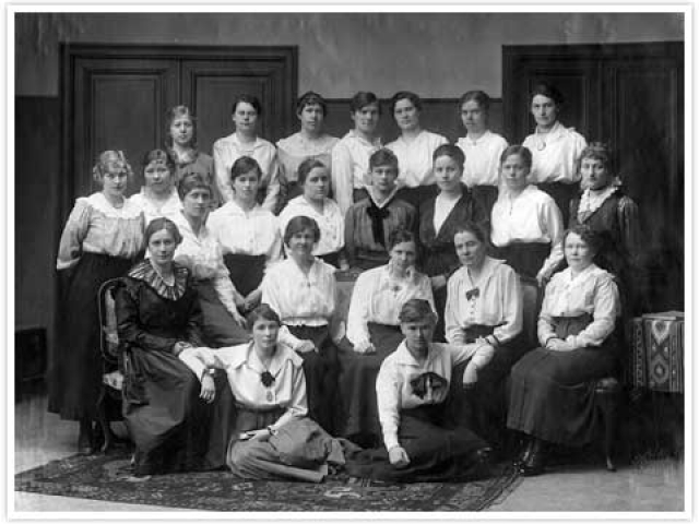 The choral society of Naisten Ääni (Women's voice) in the beginning of the 20th century. Photography archive of the League of Finnish Feminists.