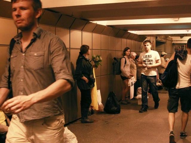 """Ася Комарова дарит футболки с надписью """"Скоро выйду на пенсию""""покупателям у метро """"Купчино"""""""